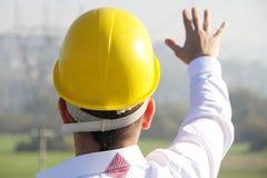 Mannelijke ingenieur die zich bij elektriciteitspost bevinden Royalty-vrije Stock Foto's