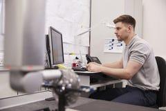 Mannelijke Ingenieur Uses CMM Gecoördineerde Metende Machine in Fabriek royalty-vrije stock foto