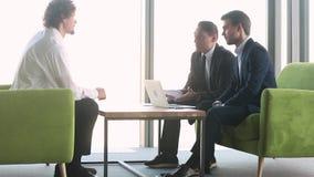 Mannelijke kandidaat en u-teamwerkgevers die bij baangesprek betwisten stock footage