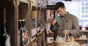 Mannelijke klant in delicatessen stock footage
