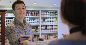 Mannelijke Klant die Betaling Zonder contact voor het Winkelen verrichten stock video