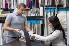 Mannelijke klant die binnenlandse stoffen kijken stock fotografie