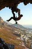 Mannelijke klimmer op overhangende rots royalty-vrije stock foto