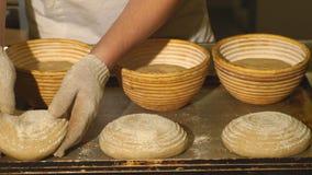 Mannelijke kok die deeg voor bakselbrood vormen stock video
