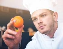 Mannelijke kok in kruidenierswinkelwinkel stock afbeelding