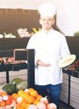 Mannelijke kok in kruidenierswinkelwinkel stock foto