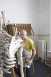 Mannelijke Kunstenaar Painting In Studio stock afbeelding
