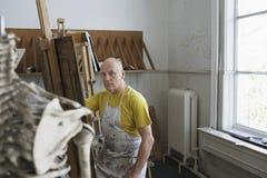 Mannelijke Kunstenaar Painting In Studio royalty-vrije stock foto