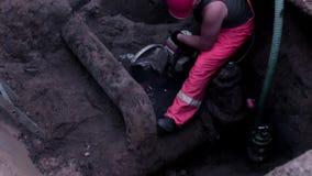 Mannelijke lassersarbeiders die beschermende hoge de zaagwaterpijp dragen van de zichtkleding stock videobeelden