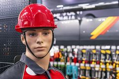 Mannelijke ledenpop in een beschermende helm en het werkkleren stock foto