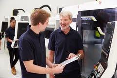 Mannelijke Leerling die met de Machines van IngenieursOn CNC werken royalty-vrije stock foto's