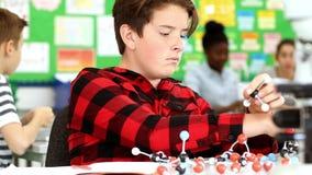 Mannelijke Leerling die Moleculair Modelkit in science lesson gebruiken stock videobeelden
