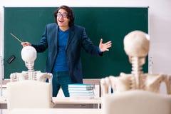 Mannelijke leraar en skeletstudent in het klaslokaal royalty-vrije stock afbeelding