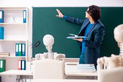 Mannelijke leraar en skeletstudent in het klaslokaal royalty-vrije stock fotografie