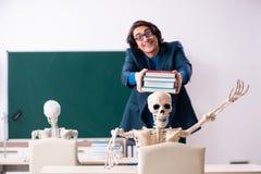 Mannelijke leraar en skeletstudent in het klaslokaal royalty-vrije stock foto's