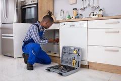 Mannelijke Loodgieter Fixing Sink Pipe royalty-vrije stock afbeelding
