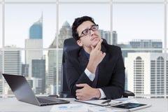 Mannelijke manager die zijn baan denken royalty-vrije stock fotografie