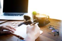 Mannelijke manager die zijn ideeën zetten en businessplan schrijven op het werk Royalty-vrije Stock Foto