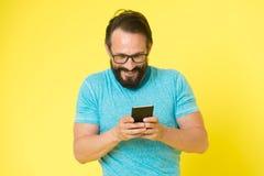 Mannelijke manier Brutale Kaukasische hipster met snor Rijpe hipster met baard Gezichts zorg Gebaarde mens chatting royalty-vrije stock foto's