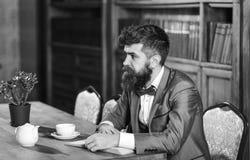 Mannelijke manier, luxestijl, het werk, succes, bedrijfsconcept Gebaarde mens in formeel kostuum met kop thee royalty-vrije stock foto