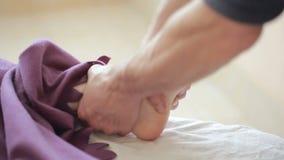 Mannelijke massagetherapeut die voetmassage voor vrouwen doen stock videobeelden