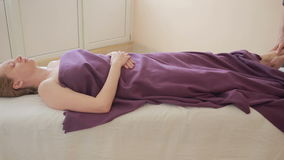 Mannelijke massagetherapeut die voetmassage voor vrouwen doen stock video