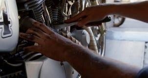 Mannelijke mechanische het herstellen motor in reparatiegarage 4k stock footage