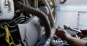 Mannelijke mechanische het herstellen motor in reparatiegarage 4k stock videobeelden