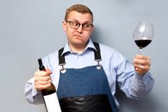 Mannelijke meer sommelier controleert en test rode wijn royalty-vrije stock afbeeldingen