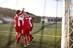 Mannelijke Middelbare schoolvoetballers die Team Talk hebben royalty-vrije stock fotografie