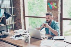 Mannelijke modieus denkt freelance arbeider in toevallige slim, concentr na stock afbeeldingen