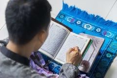 Mannelijke moslim die heilige Quran lezen Stock Afbeeldingen