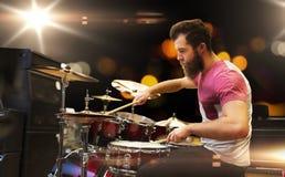 Mannelijke musicus het spelen klankbekkens bij muziekoverleg royalty-vrije stock foto