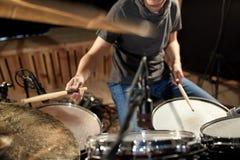 Mannelijke musicus het spelen trommels en klankbekkens bij overleg Stock Afbeeldingen