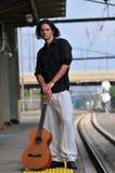 Mannelijke musicus met gitaar Royalty-vrije Stock Afbeelding
