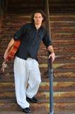 Mannelijke musicus met gitaar Royalty-vrije Stock Foto