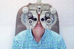 Mannelijke Optometrist Doing Sight Testing voor Mannelijke Patiënt in Kliniek stock foto