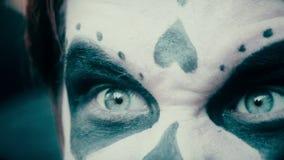 Mannelijke pantomimist die grimas die voor camera maken, rol van agressief monster spelen stock video