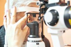 Mannelijke patiënt onder het onderzoek van het ooggezicht bij oftalmologiekliniek royalty-vrije stock afbeeldingen
