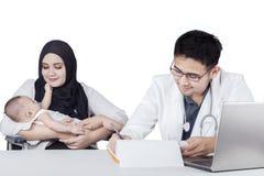 Mannelijke pediater en zijn patiënt Royalty-vrije Stock Foto