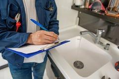Mannelijke persoon die blauw klembord houden royalty-vrije stock fotografie