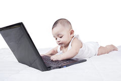Mannelijke peuter het spelen laptop op bed Stock Fotografie