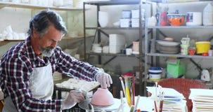 Mannelijke pottenbakker die de ceramische kom 4k ontwerpen stock video