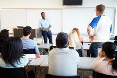 Mannelijke Privé-leraar Teaching University Students in Klaslokaal stock foto's