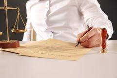 Mannelijke procureur het schrijven documenten door pen stock afbeelding
