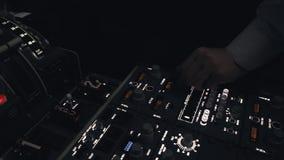Mannelijke proef bereidt burgerlijk vliegtuig voor om te vliegen stock video