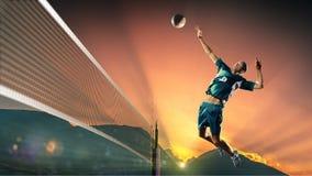 Mannelijke professionele volleyballspeler in actie bij de zonsondergang stock foto's