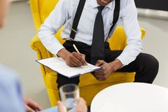 Mannelijke Psycholoog Writing op Klembord stock foto's