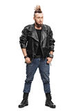 Mannelijke punker in een leerjasje en laarzen Stock Foto's