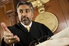 Mannelijke Rechter Courtroom stock afbeeldingen